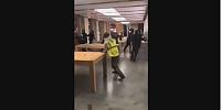 Sarı yelekliler Apple store'u yağmaladı
